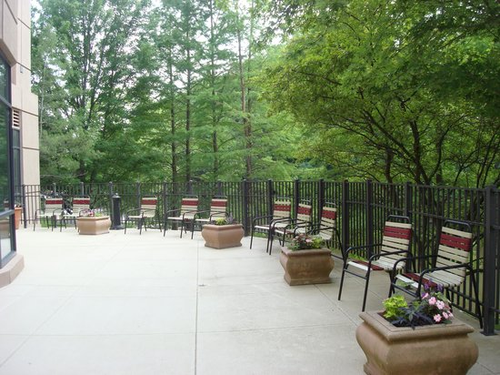 Marriott St. Louis West: Patio near outdoor pool