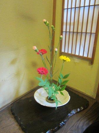 Guesthouse Sakuraya: Beautiful flower arrangement in our room