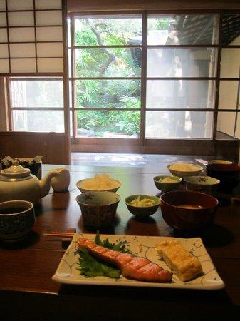 Guesthouse Sakuraya: Beautiful breakfast with view of garden