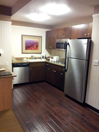 Gainey Suites Hotel: Fully stocked kitchen