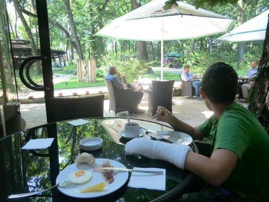 Farmona Hotel Business & Spa : colazione all'esterno