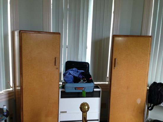 Bella Villa Messina: This was the only place to put my bag... and the closets were dated