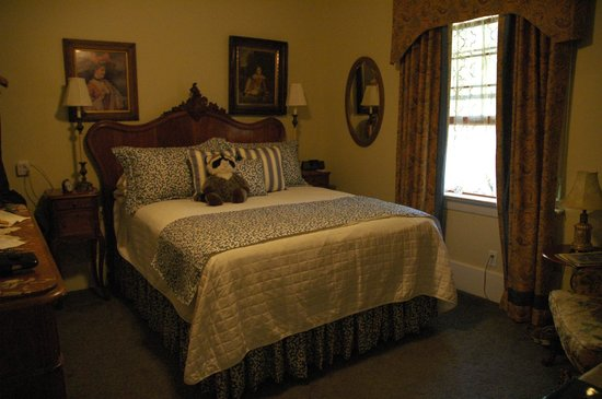 West End Guest House: Lovely bedroom with queen bed