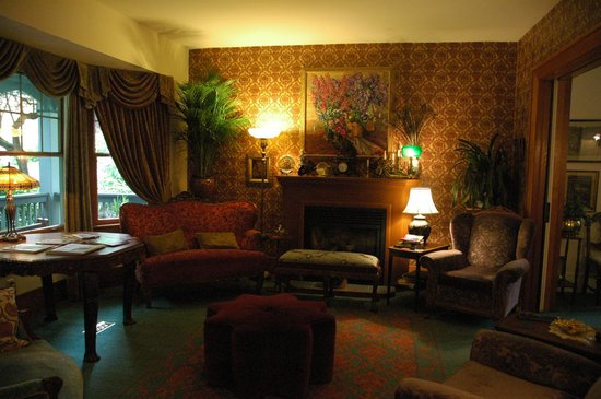 West End Guest House: The front living room good for socializing