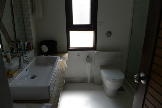 B Nineteen (B-19) Bed & Breakfast: clean and modern bathroom