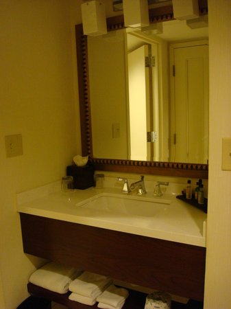 Marriott St. Louis West: Vanity separate from shower and toliet