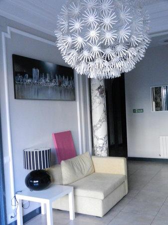 ELLA Hostel Barcelona: reading area