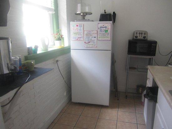 Friend Street Hostel: Kitchen