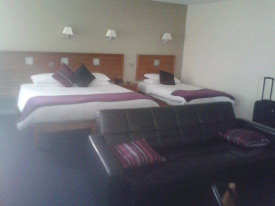 Imperial Hotel Galway: The spacious bedroom