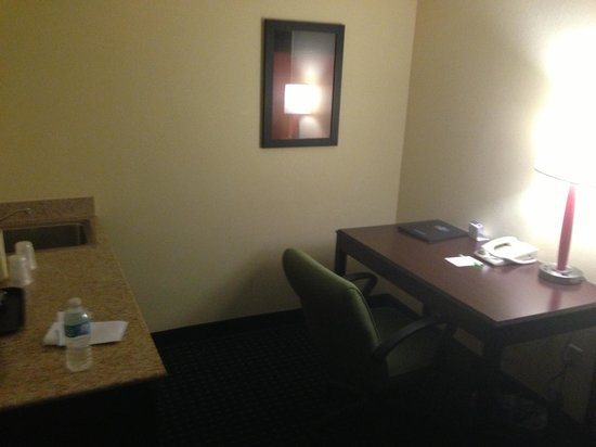 SpringHill Suites Fort Lauderdale Airport & Cruise Port: Desk with Internet access (the hotel also has wi-fi)