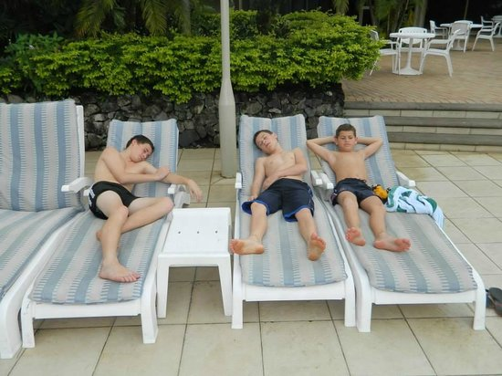 Holiday Inn Suva: Relaxing by the pool