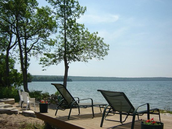 Solitudes B & B: Enjoy the beach or just enjoy the sights and sounds of the lake