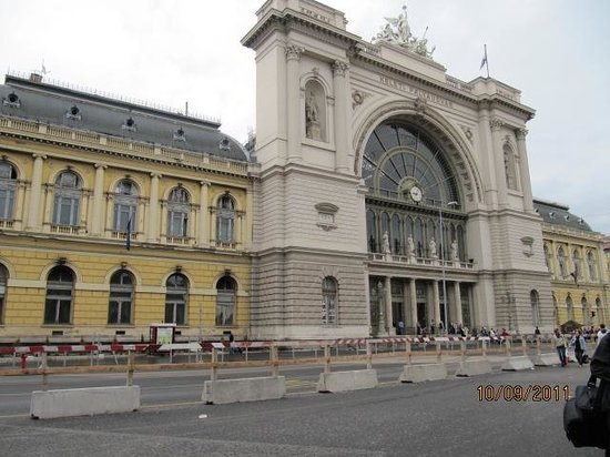 Baross City Hotel: View of the Keleti railway station