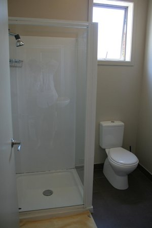 Turtlecove Accommodation: Ensuite dorm bathroom
