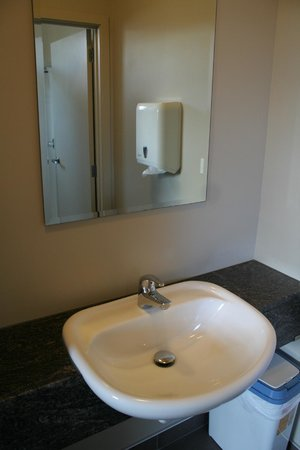 Turtlecove Accommodation: Ensuite dorm room bathroom