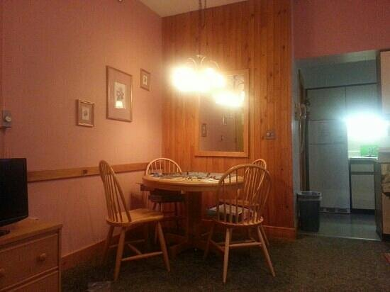 The Crafts Inn: Dinette in one bedroom suite