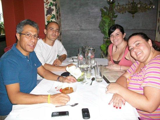 rojo verde & ajo: Excelente comida, compañia y celebración