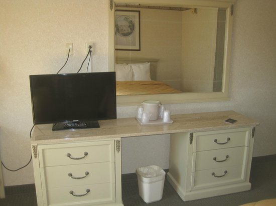Comfort Inn Downtown : TV/table