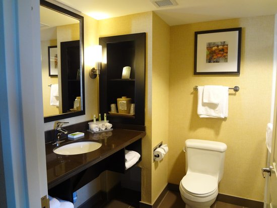 Holiday Inn Express Hotel And Suites Timmins : Very clean bathroom