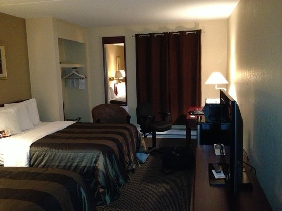 Chateau Regina Hotel & Suites: Room