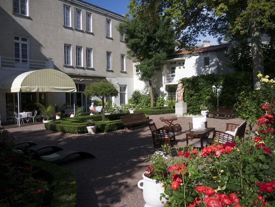 BEST WESTERN Hotel Champlain France Angleterre : Garden and part of modern extension to hotel