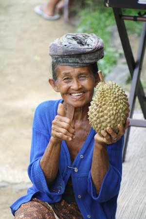 Tegalalang Rice Terrace: elderly woman posing with fruit