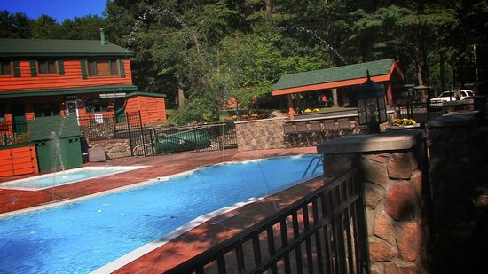 Adirondack Diamond Point Lodge: Pool and picnic area