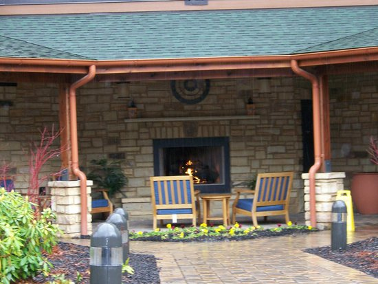Hampton Inn Pigeon Forge: outdoor fireplace