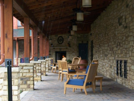 Hampton Inn Pigeon Forge: outdoor fireplace and porch