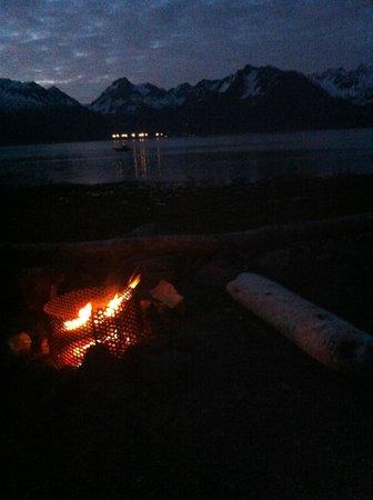 Alaska Paddle Inn: Fire pit at the beach