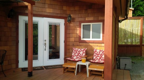 Takahashi Gardens Waterfront Retreat: The Cottage deck