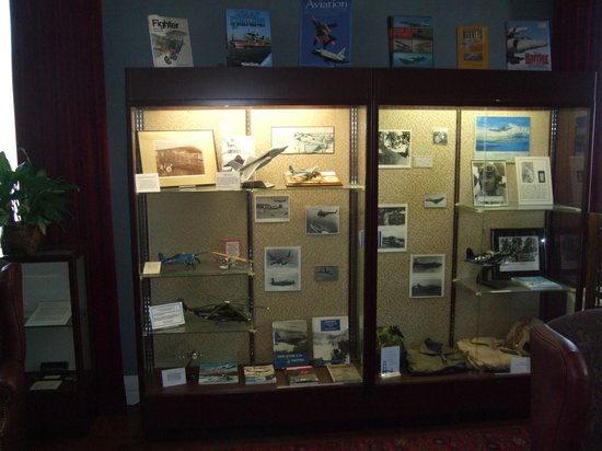 Marines Memorial Club Hotel: Display Cabinet at the Hotel
