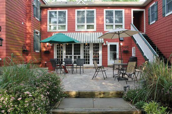 Inn at Laurita Winery: Patio... very nice place to hang in a group or have a romantic glass of wine