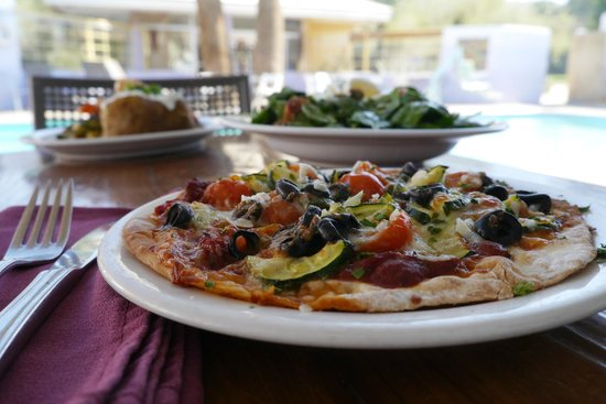 29 Palms Inn: Homemade pizza with garden fresh zucchini