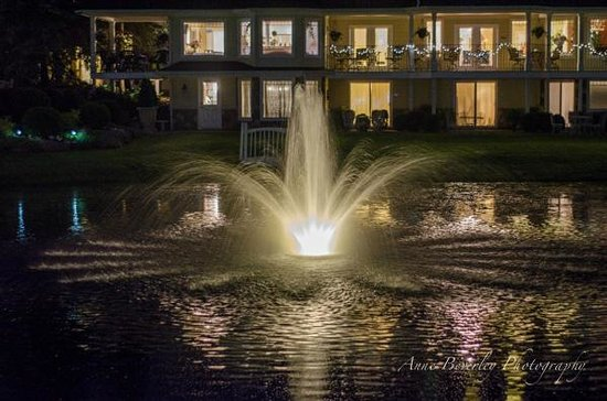 Nestleton Waters Inn: Lovely lit sound of water in the lake