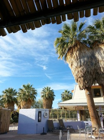 29 Palms Inn: Keep cool in the shade poolside