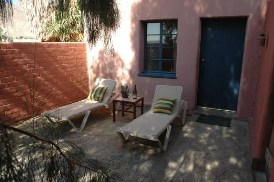 29 Palms Inn: Sun patio of Forget Me Not adobe