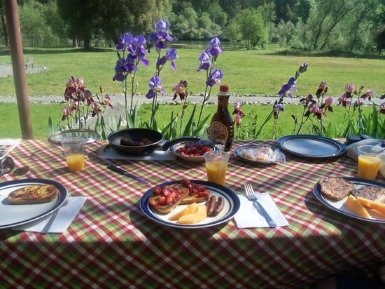 Indian Creek Lodge: Breakfast bliss on the back patio