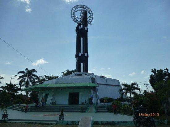 Equator Monument: Tugu Khatulistiwa