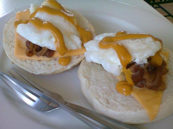 """Viajeros Economy Inn : """"Egg Benedict"""" :)"""