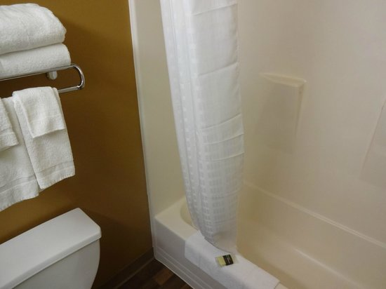 Extended Stay America - Pittsburgh - Carnegie: Notice that tub is very narrow!