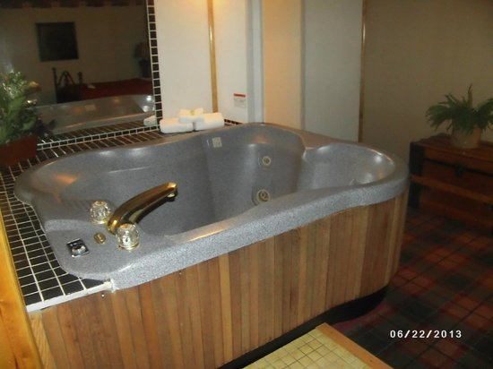 Quality Inn : Hot tub in room
