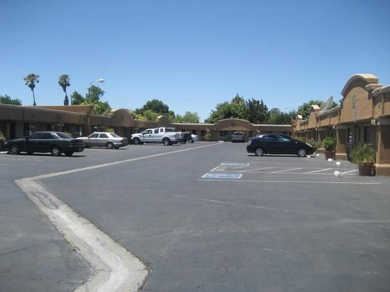 Summerfield Inn: Parking lot