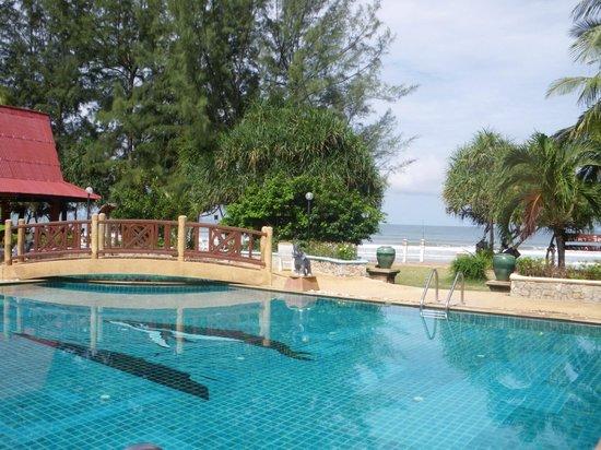 Lanta Villa Resort : la piscine vue sur la mer
