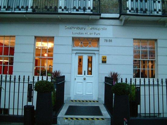 Shaftesbury Metropolis London Hyde Park: ホテル正面です。