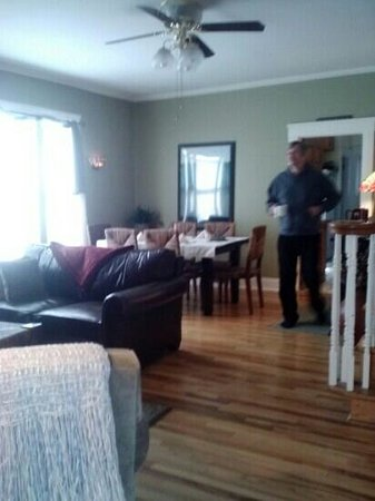 Miners Pick Bed and Breakfast: nice wooden floors