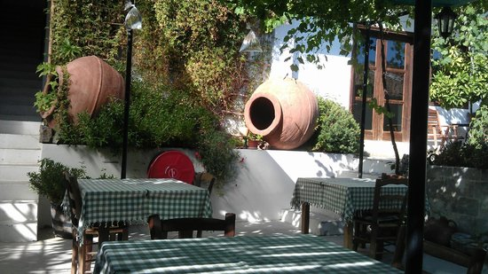 Ambelikos AgroHotel: Lovely shaded outdoor dining area. Beautifully lit at night.