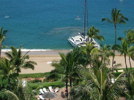 The Westin Maui Resort & Spa : Cocktail cruise catamaran as seen from room.