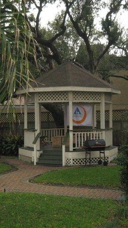 HI-Houston: The Morty Rich Hostel : Parque trasero