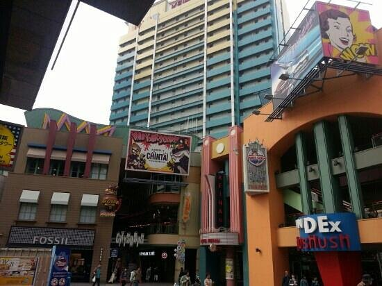 Hotel Keihan Universal City: out side tge hotel where shops are very near by
